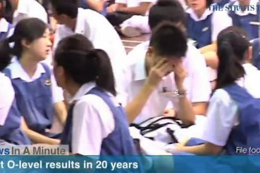 In today's News In A Minute, we look at 83.3 per cent of students who took the O-level examinations last year scored five passes or more, Singapore's best performance in at least 20 years. -- PHOTO: RAZORTV