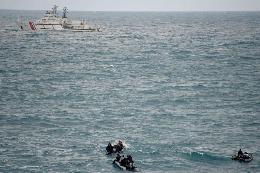Indonesian divers on Friday again failed to reach the main body of an AirAsia plane that crashed into the sea last month with 162 people on board, as strong underwater currents hampered efforts. -- PHOTO: AFP