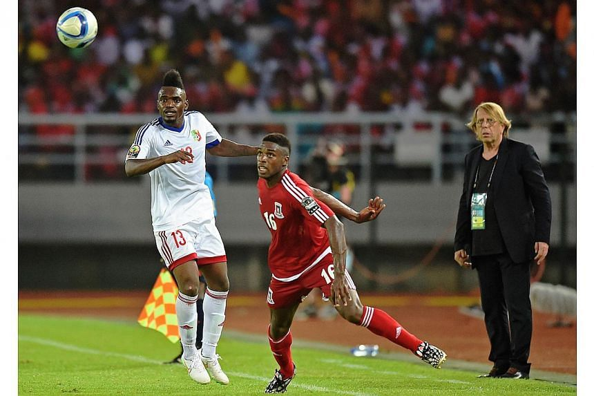 Equatorial Guinea's defender Sipo Bohale (centre) vies with Congo's forward Thierry Bifouma eyed by Congo's coach Claude Le Roy during the 2015 African Cup of Nations group A football match at Bata Stadium in Bata on Jan 17, 2015.Equatorial Gui