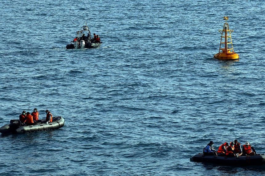 Indonesian rescue personnel ride on rubber boats during the recovery operation of the victims and wreckage of the AirAsia Flight QZ8501 airliner on the ocean off Pangkalan Bun, Central Borneo, Indonesia, Jan 23, 2015.Indonesian divers on Friday