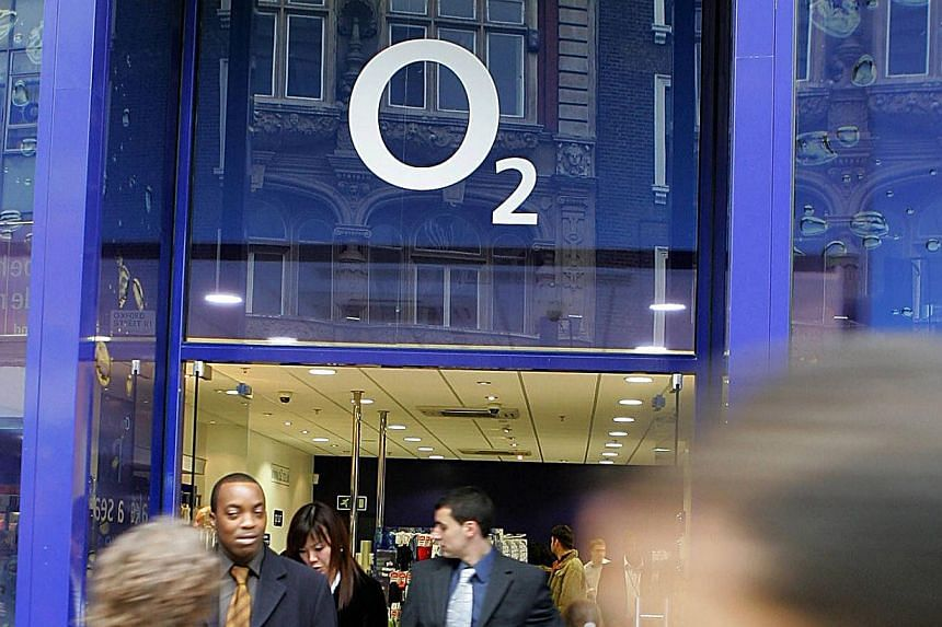 "A 2005 file photo of an O2 mobile phone store in London. Hong Kong tycoon Li Ka Shing's Hutchison Whampoa said on Jan 23, 2015 it is in ""exclusive negotiations"" to buy O2 - a deal that would create Britain's biggest mobile phone group. -- PHOTO: AFP"