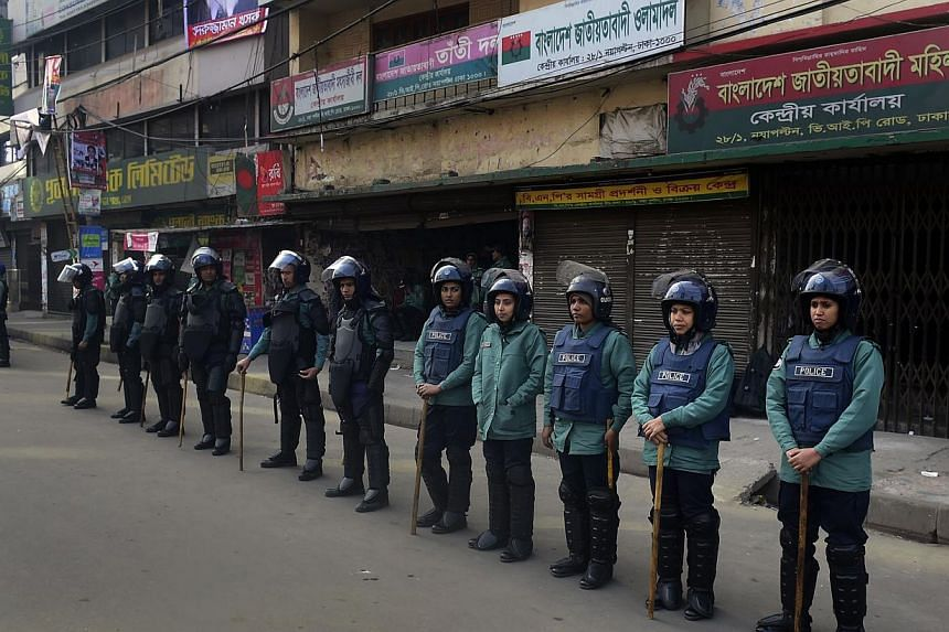 Bangladeshi police stand guard during a nationwide strike called by the Bangladesh Nationalist Party (BNP)-led alliance in Dhaka on Jan 21, 2015. -- PHOTO: AFP