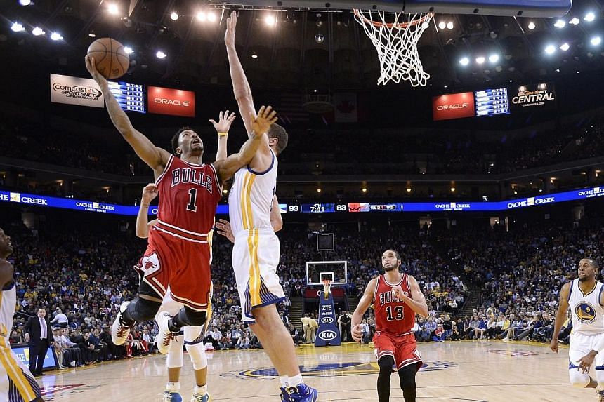 Chicago Bulls guard Derrick Rose (2nd left) goes to the basket as Golden State Warriors forward David Lee (3rd left) defends during the second half of their NBA game at Oracle Arena in Oakland, California, USA, on Jan 27, 2015. Derrick Rose scor