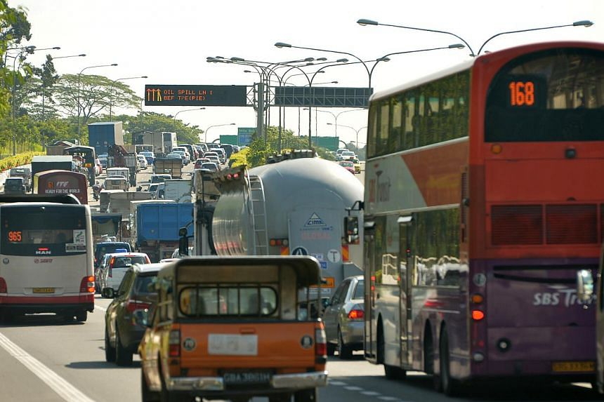 The leak caused heavy congestion on the expressway. -- ST PHOTO: ALPHONSUS CHERN