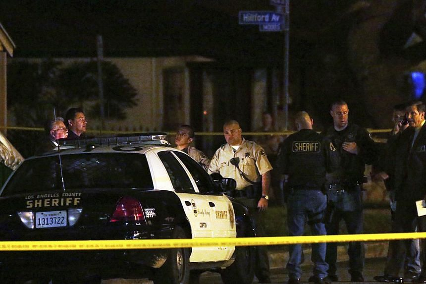 """Los Angeles County Sheriff's deputies and investigators stand near the scene where a pedestrian was killed in a hit-and-run crash reportedly involving rap mogul Marion """"Suge"""" Knight, in Compton, California on Jan 29, 2015. -- PHOTO: REUTERS"""