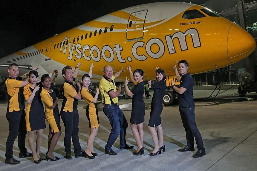 Scoot's chief executive Campbell Wilson and crew at the Everett Delivery Centre, with the new Dreamliner in the background before it makes it's maiden flight to Singapore. -- ST PHOTO: WANG HUI FEN