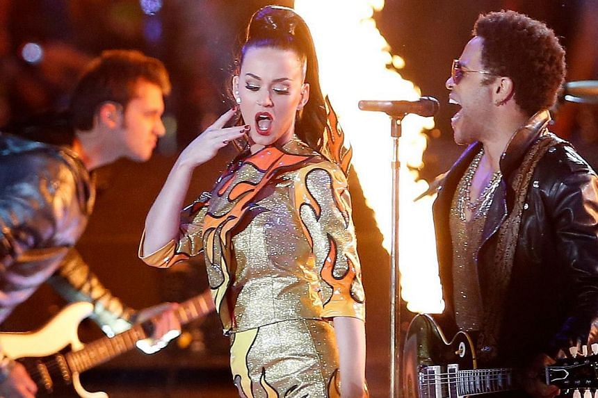 Singers Katy Perry and Lenny Kravitz perform during the Pepsi Super Bowl XLIX Halftime Show at University of Phoenix Stadium in Glendale, Arizona on Feb 1, 2015. -- PHOTO: AFP