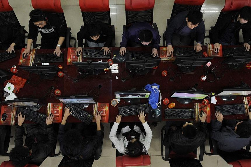 People using computers at an Internet cafe in Taiyuan, Shanxi province in this March 31, 2010 file photo.A 19-year-old Chinese teenager from Jiansu province was so desperate to cure himself of his Internet addiction that he chopped off his left