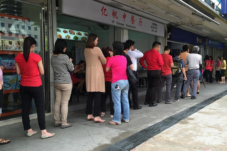 The queue to deposit money outside the POSB bank at Block 381, Lorong 1 Toa Payoh, on Feb 4, 2015. -- ST PHOTO: JAMIE KOH