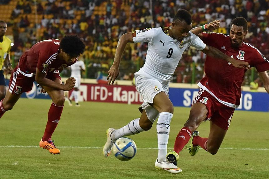 Equatorial Guinea's defender Rui (right) vies with Ghana's forward Jordan Ayew (centre) during the 2015 African Cup of Nations semi-final football match between Equatorial Guinea and Ghana in Malabo on Feb 5, 2015. -- PHOTO: AFP