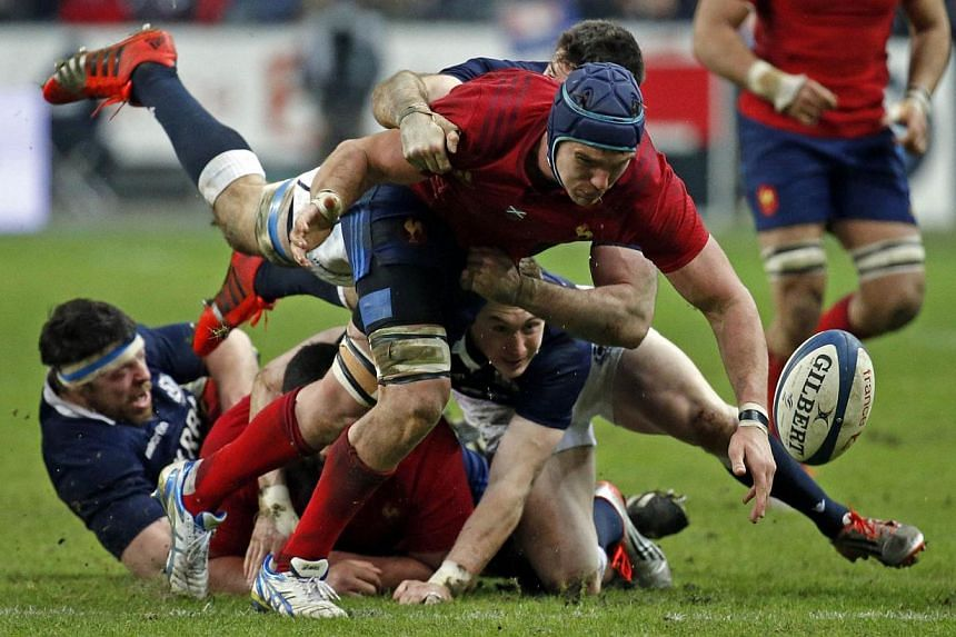 France's Bernard Le Roux (centre) tries to catch the ball during their Six Nations rugby union match against Scotland in Saint-Denis, near Paris, Feb 7, 2015. -- PHOTO: REUTERS