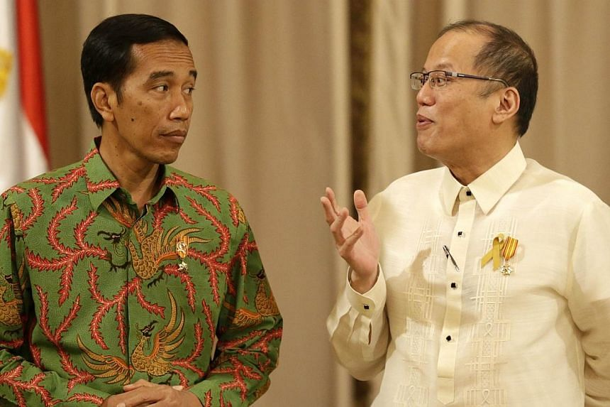 Philippine President Benigno Aquino (right) speaks with Indonesian President Joko Widodo (left) at the presidential palace in Manila on Feb 9, 2015. Indonesia and the Philippines signed an agreement on combatting drug crime, despite ongoing effo