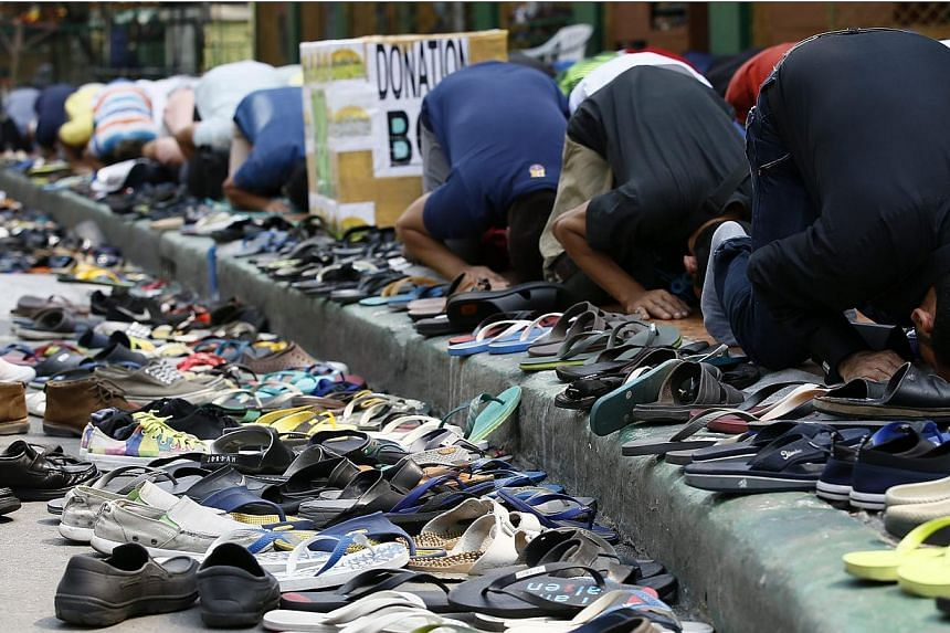 Filipino Muslims pray at a mosque prior to their rally for peace in Manila, Philippines on Feb 6, 2015. -- PHOTO: EPA