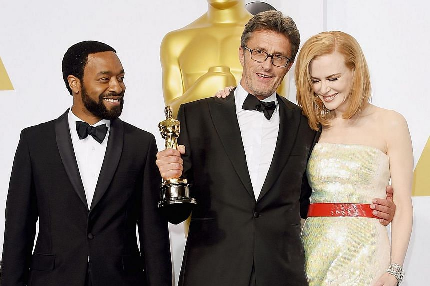 Polish director Pawel Pawlikowski (centre, with presenters Chiwetel Ejiofor, left, and Nicole Kidman, right) accepting Best Foreign Language Film for Ida. -- PHOTO: AGENCE FRANCE-PRESSE
