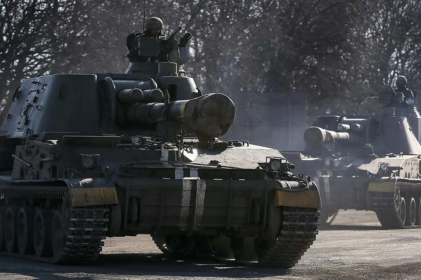 Self-propelled howitzers of the Ukrainian armed forces are seen near Artemivsk, eastern Ukraine onFeb 25, 2015. Ukraine's military said on Wednesday that one soldier was wounded but no troops were killed over the past 24 hours, the first day wi