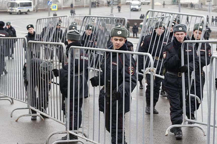 Riot police installing fences near the site of Russian opposition veteran leader Boris Nemtsov's killing prior to an opposition rally in his memory in central Moscow, Russia, on March 1, 2015. -- PHOTO: EPA