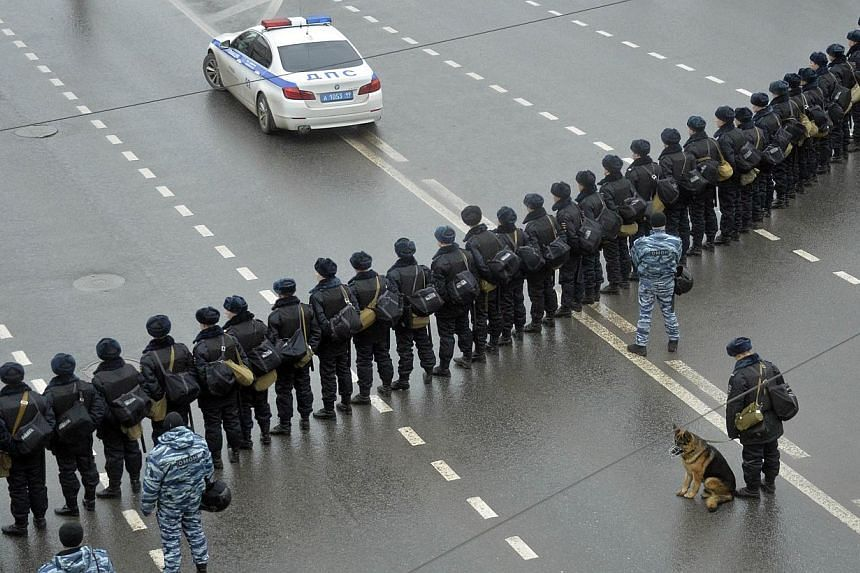 Riot police standing guard during a march in memory of murdered Kremlin critic Boris Nemtsov in central Moscow on March 1, 2015. -- PHOTO: AFP