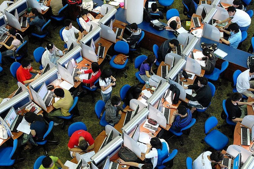 Nanyang Technological University (NTU) students studying in the Lee Wee Nam library. NTU has recruited 13 consultants to help students start their careers on the right footing. -- ST PHOTO: ALPHONSUS CHERN