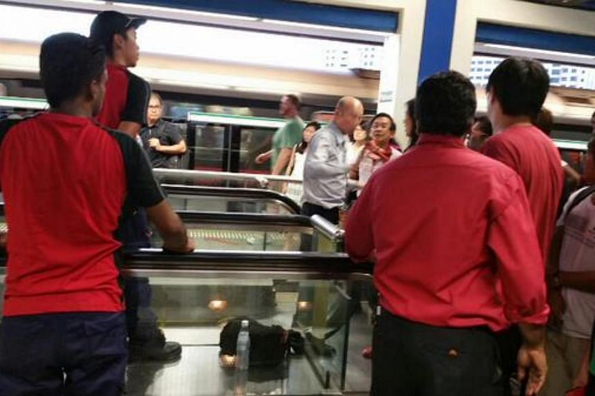 SMRT staff assisting passengers on the train platform at Boon Lay MRT statio on March 3, 2015. -- PHOTO: TWITTER/JOANNE