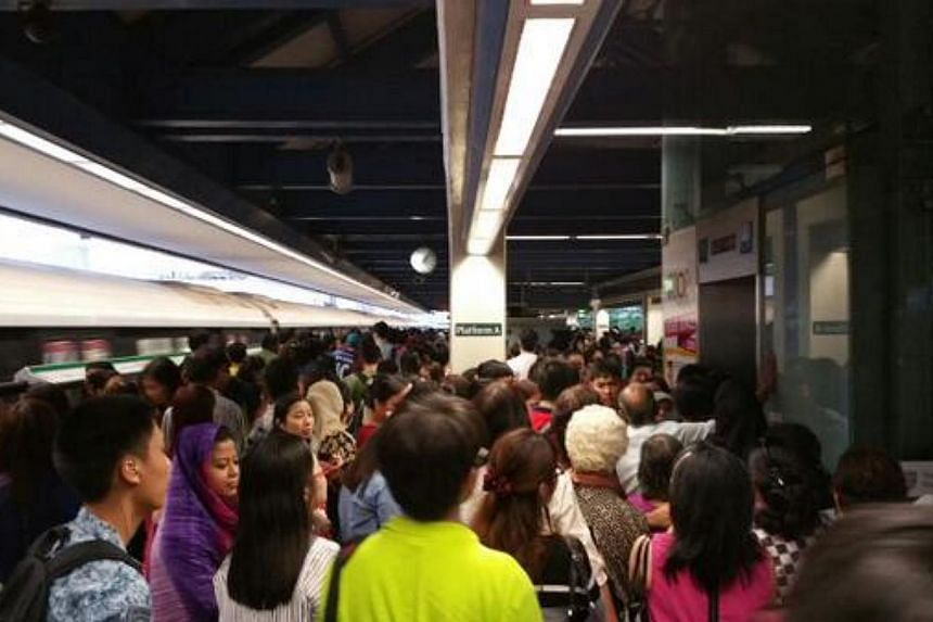 The crowds on the train platform at Boon Lay MRT station on March 3, 2015, after track faults disrupted train services on the East-West line during the evening rush hour period. -- PHOTO: TWITTER/JOANNE