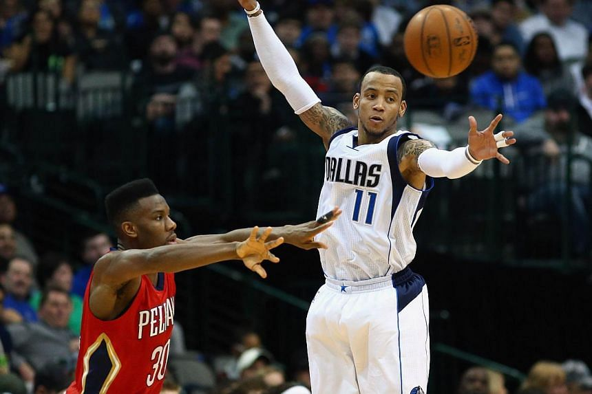 Norris Cole #30 of the New Orleans Pelicans passes the ball against Monta Ellis #11 of the Dallas Mavericks at American Airlines Center on March 2, 2015 in Dallas, Texas. -- PHOTO: AFP