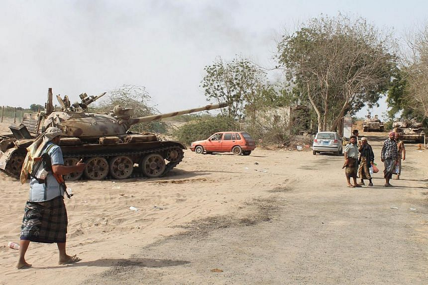 Yemeni supporters of the separatist Southern Movement, loyal to the government forces, at the western outskirts of Aden during reported clashes with Shiite rebels on April 7, 2015. -- PHOTO: AFP