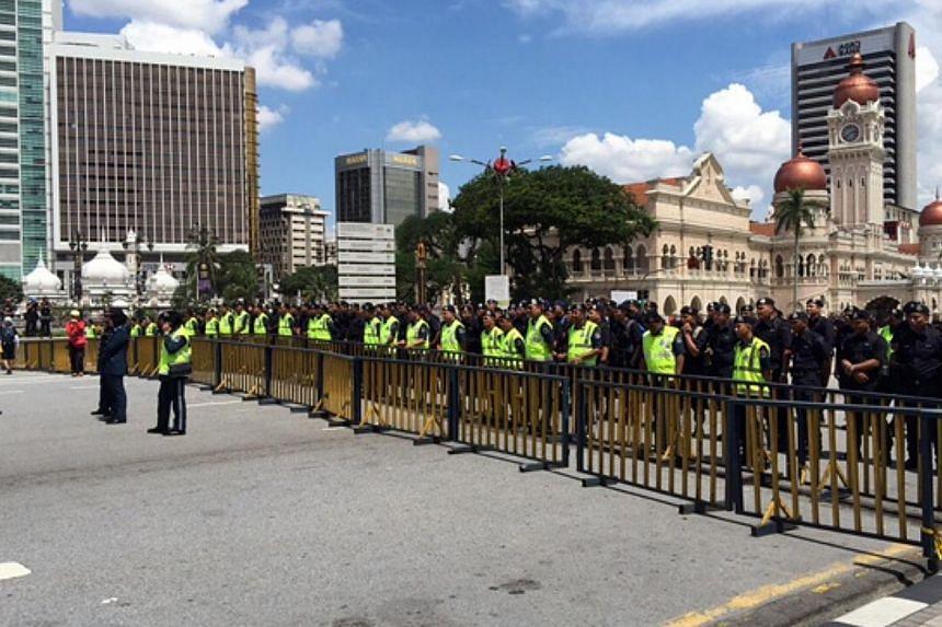 Malaysian police officers behind barricades outsite Independence Square in Kuala Lumpur. -- ST PHOTO: ASRUL HADI ABDULLAH SANI