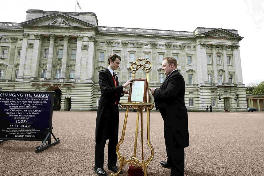 An easel is placed in the forecourt of Buckingham Palace announcing the birth of a baby girl to Catherine, Duchess of Cambridge, in London, Britain on May 2, 2015. -- PHOTO: REUTERS