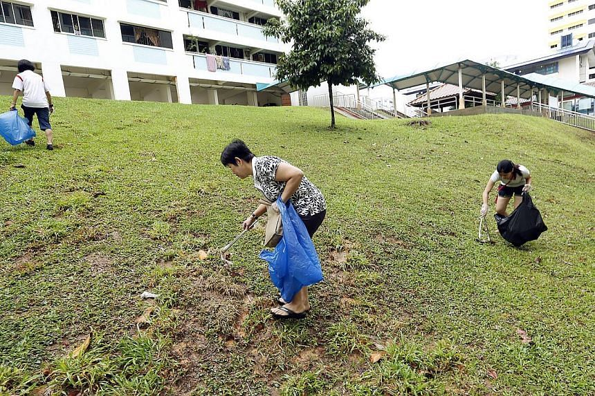 Singapore had its first nation-wide litter-picking event on Sunday, organized by the Public Hygiene Council. -- ST PHOTO:LAU FOOK KONG