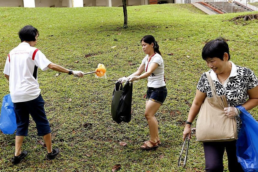 Singapore had its first nation-wide litter-picking event on Sunday, organized by the Public Hygiene Council. -- ST PHOTO: LAU FOOK KONG