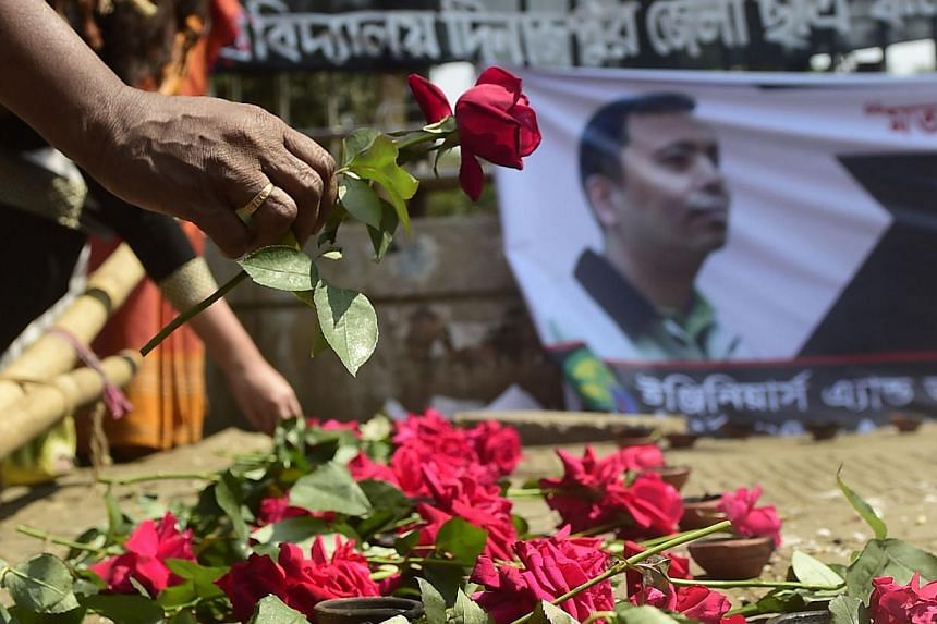 A Bangladeshi social activist pays his last respects to slain US blogger of Bangladeshi origin and founder of the Mukto-Mona (Free-mind) blog site, Avijit Roy, in Dhaka on March 6, 2015 after he was hacked to death by unidentified assailants in the B