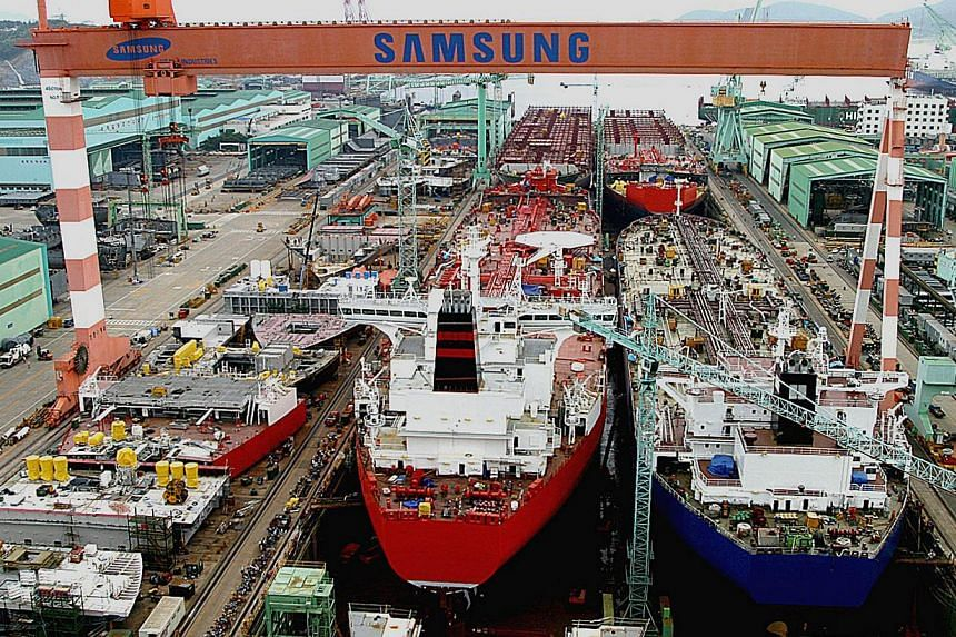 South Korea's manufacturing activity and new export orders both contracted for a second month in April, putting the economy's already sluggish recovery at further risk, a private sector survey showed on Monday. -- PHOTO: BLOOMBERG