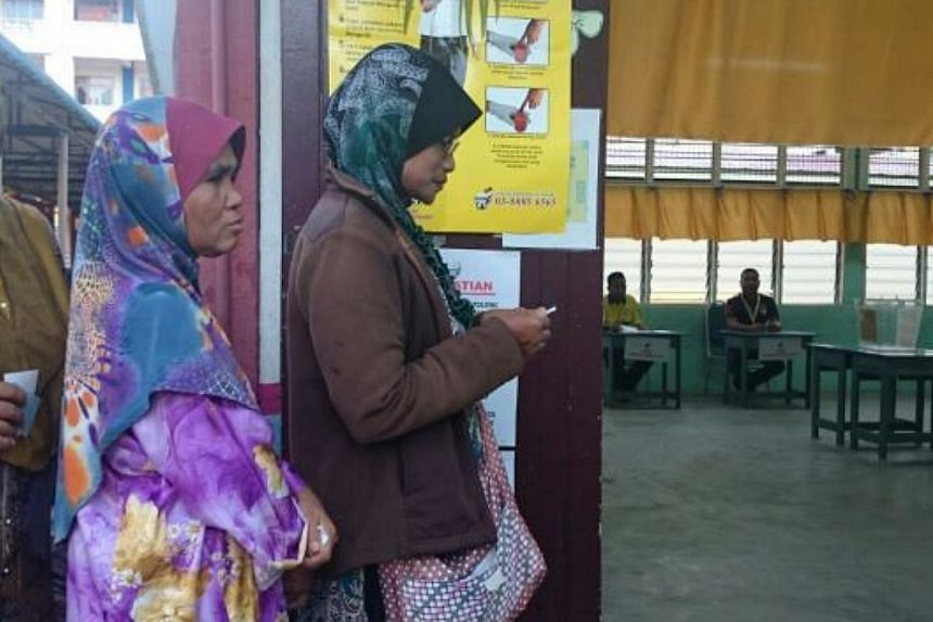 Voters queuing up at one of the 38 polling centres in Kuala Rompin for the Rompin by-election. -- PHOTO: THE STAR/ASIA NEWS NETWORK