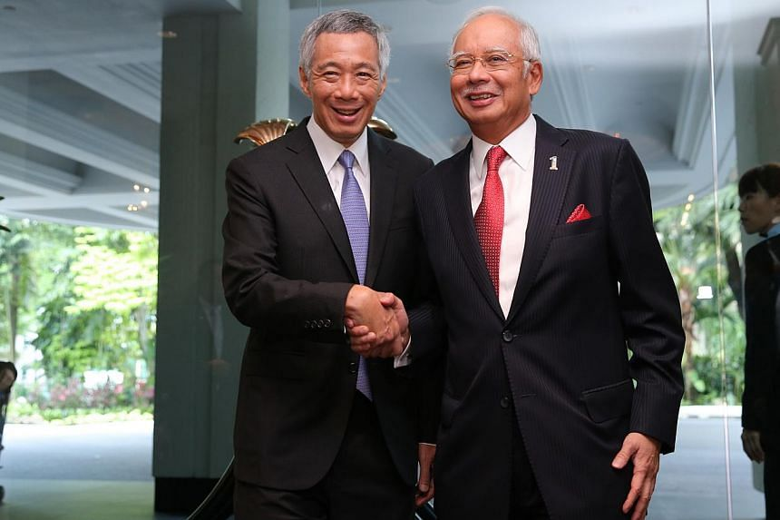 Prime Minister Lee Hsien Loong (left) receiving Malaysian PM Najib Razak at the Shangri-La Hotel during their annual leaders' retreat on May 5, 2015. -- ST PHOTO: ONG WEE JIN