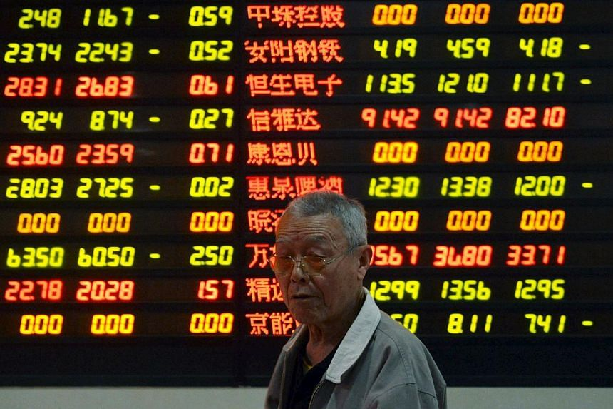 China's stocks headed for their worst three- day performance in almost two years amid speculation new share sales will sap funds, valuations have become excessive and the government will take measures to control margin trading. -- PHOTO:REUTERS