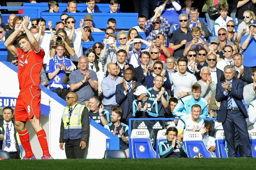 Liverpool's Steven Gerrard (left) is applauded off the pitch by Chelsea manager Jose Mourinho (right) during the English Premier League football match between Chelsea FC and Liverpool FC at Stamford Bridge in London, Britain, on May 10, 2015. -- PHOT