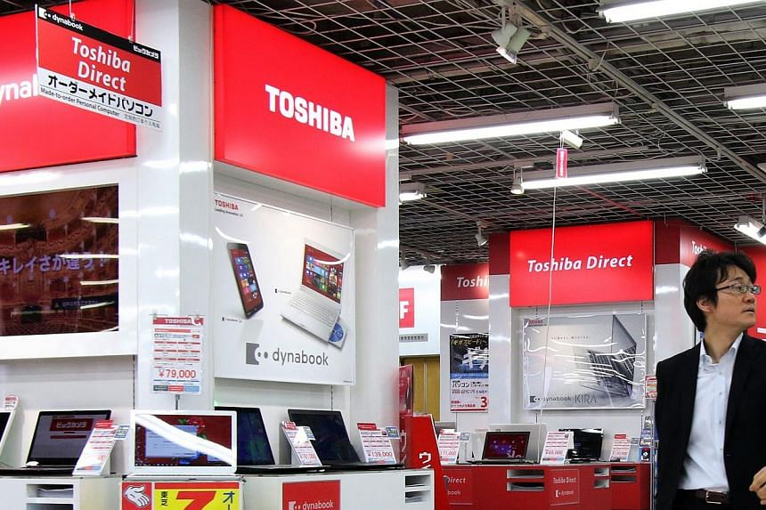 Shares of Toshiba Corp fell in Tokyo for a second day as the number of analysts suspending coverage reached six in the aftermath of an investigation into improper accounting on projects. -- PHOTO: AFP