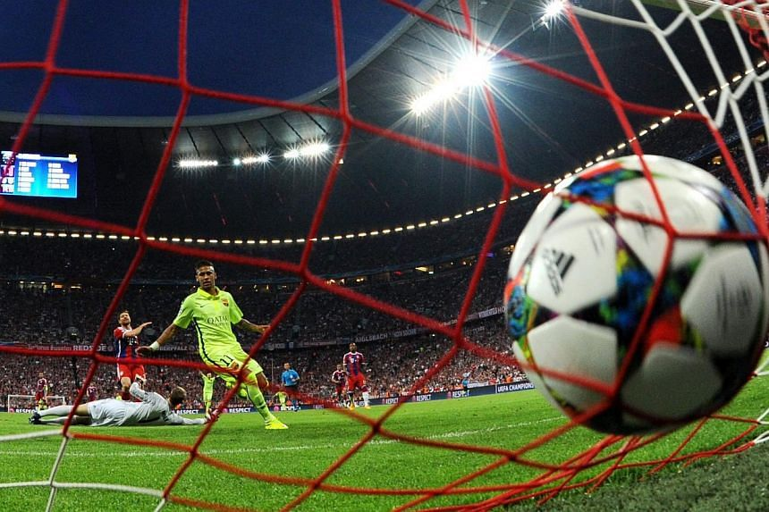 Munichs goalkeeper Manuel Neuer cannot avoid the 1-1 by Barcelona's Neymar (centre) during the UEFA Champions League semi-final second leg soccer match between FC Bayern Munich and FC Barcelona in Munich, Germany on May 12, 2015. -- PHOTO: EPA