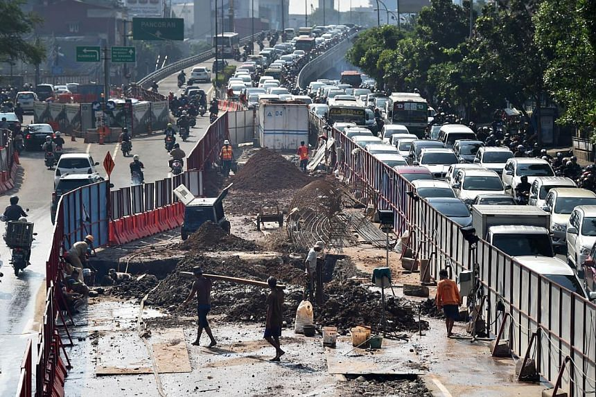 Indonesia posted a trade surplus for the fifth straight month in April, but that stemmed from imports tumbling more quickly from a year earlier than exports did, showing that the economy remained sluggish at the start of the second quarter. -- PHOTO: