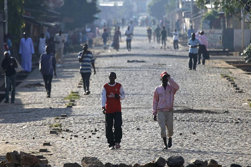 People walk in a street in Bujumbura, Burundi May 14, 2015. Burundian President Pierre Nkurunziza arrived back in the country on Thursday, a day after a coup was declared while he was in Tanzania for regional talks, his office said.-- PHOTO: RE