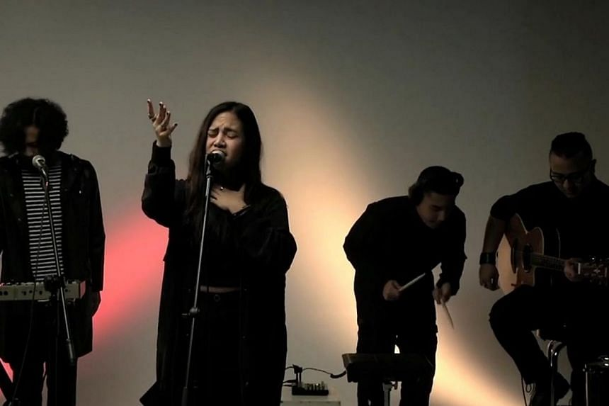 Indonesian singer Neonomorais a fiercely independent artist who does not believe in giving to what is popular among the general crowd. Hernewest album, Seeds, was released last year, 2014. -- SCREENGRAB: RAZOR TV