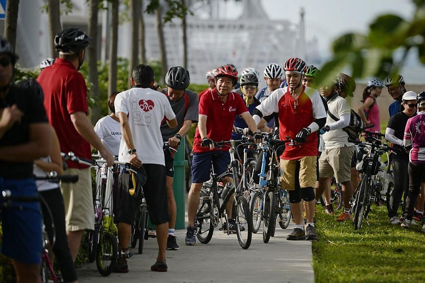 Minister for National Development Khaw Boon Wan (centre) pictured some participants at the Myeloma Charity Walk and Cycle held at Gardens By The Bay on 16 May, 2015. Participants comprised of members of the public, patients, doctors and their c