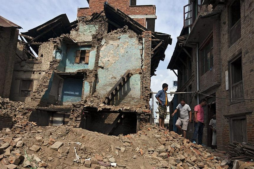 Local people moving out after collecting their belongings in their damage house after the massive earthquake in Harisiddi village on the outskirts of Lalitpur, Nepal on May 16, 2015. -- PHOTO :EPA