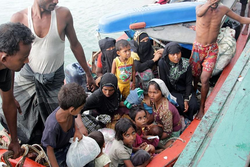 Refugees from Myanmar and Bangladesh are rescued by Aceh fishermen in Julok, East Aceh, Sumatra, Indonesia, May 20, 2015. -- PHOTO: EPA