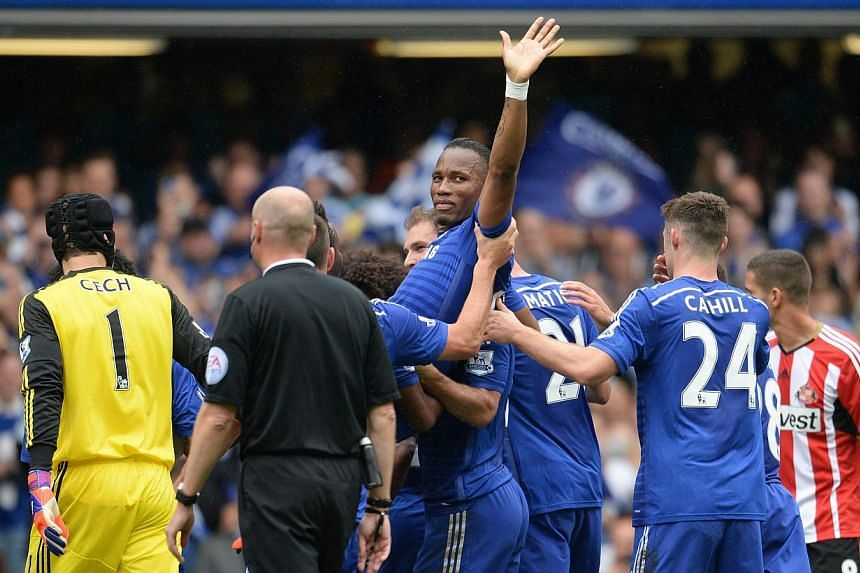 Chelsea's Didier Drogba is carried off the pitch by his teammates after being substituted against Sunderland during a Premier League soccer match at Stamford Bridge in London, Britain on May 24, 2015. -- PHOTO: EPA