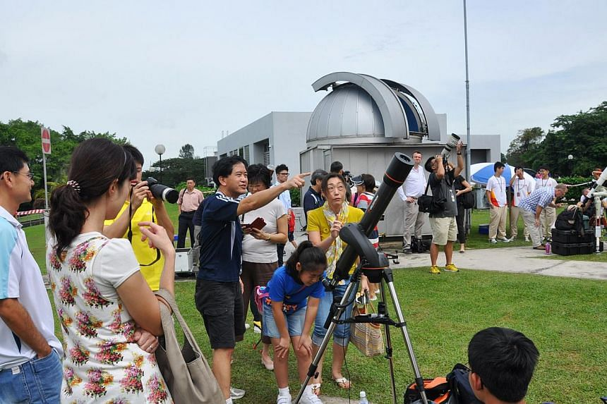 Members of the public lining up to see the planet Venus through a telescope at the Science Centre's Observatory at the Omni-Theatre in March 2013. -- PHOTO: SINGAPORE SCIENCE CENTRE