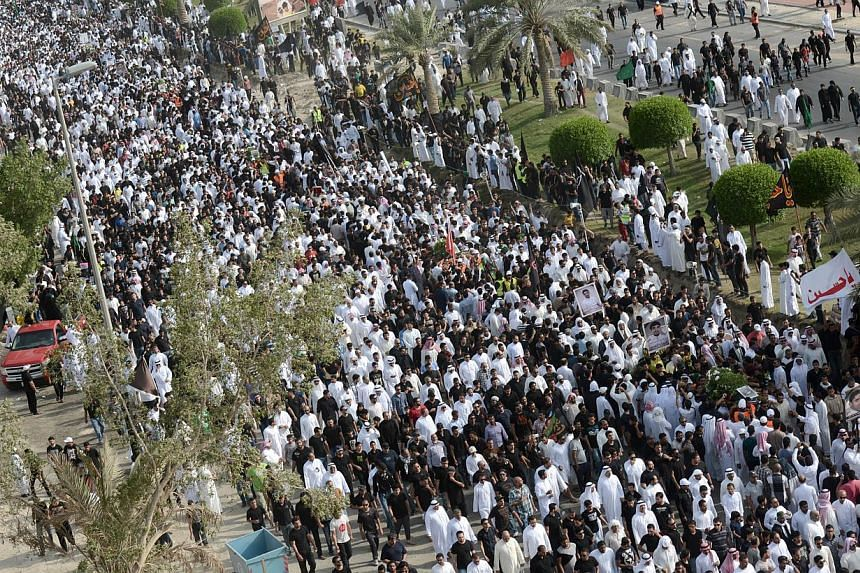 Saudi Shiites march in a mass funeral in the mainly Shiite Saudi Gulf coastal town of Qatif, 400 kms east of Riyadh, on May 25, 2015, held for the victims of a mosque bombing carried out by the Islamic State (IS) group four days earlier. -- PHOTO: AF