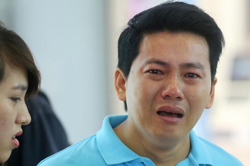 Vietnamese tourist Pham Van Thoai was in tears after he was refused a refund on his iPhone 6 purchase. -- PHOTO: LIANHE ZAOBAO FILE