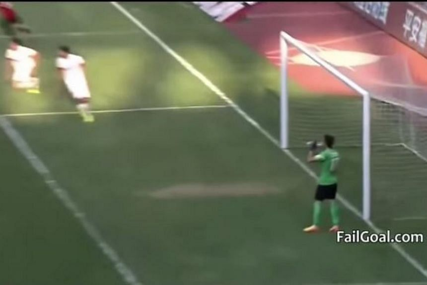 Chongqing Lifan goalkeeper Sui Weijie (right) was fined 50,000 yuan when his opponents equalised from a free-kick while he was taking a drink of water during a Chinese Super League match on May 24, 2015. -- PHOTO: SCREENGRAB FROM YOUTUBE