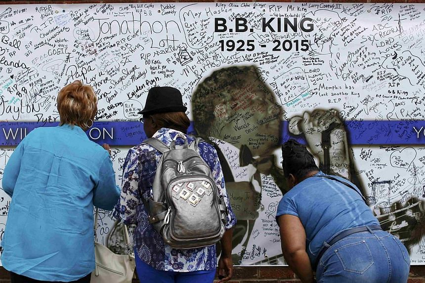 Fans signing a wall with messages paying tribute to Blues legend B.B. King behind the B.B. King Blues Club in Memphis, Tennessee on May 27, 2015. -- PHOTO: REUTERS